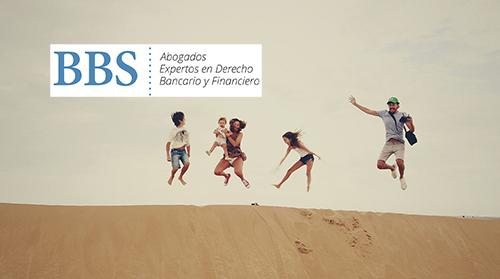 Familia saltando en el desierto. BBS Abogados.